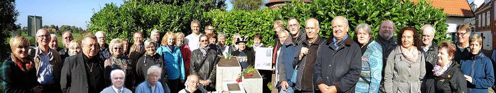 Gruppenbild am Denkmal_1000